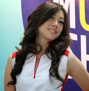Foto Model Rambut Keriting Gantung
