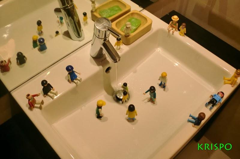 clicks jugando en el lavabo