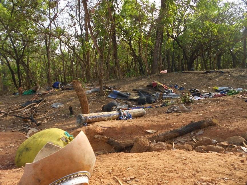I resti di quanto abbandonato al suolo dai Mbororò per mettersi in salvo durante l'attacco