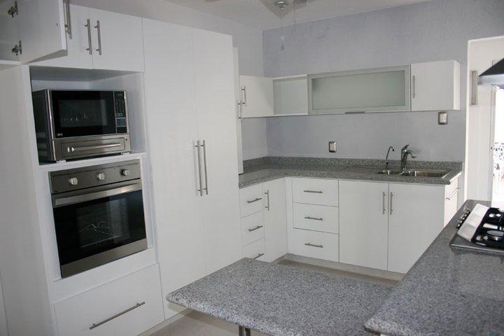 Amueblati - Cocinas blancas con granito ...