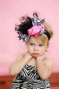 gambar bayi perempuan dan aksesoris rambut hitam