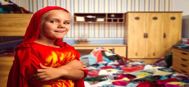 Criança em um quarto bagunçado