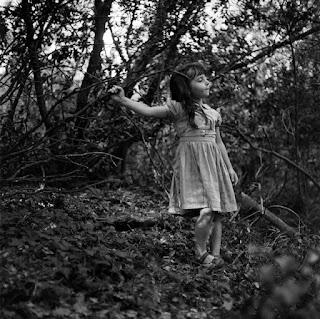 Portrait en pied dans la forêt de Pauline, une des actrice du film.