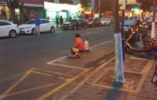 Anak Dera Ibu Bapa Jaga 'Parking' Setiap Hari