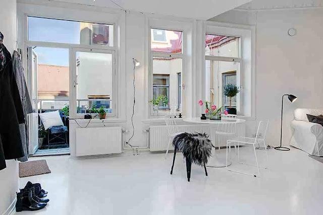 Biała podłoga, białe ściany i białe meble - dominują w tym wnętrzu