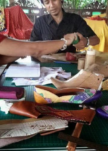 pelatihan membuat sepatu wanita