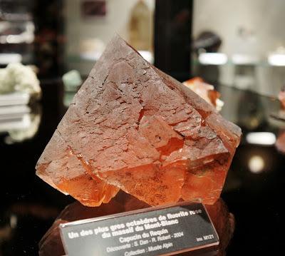octaèdre de fluorite rose, le plus gros ramené du massif du Mont-Blanc