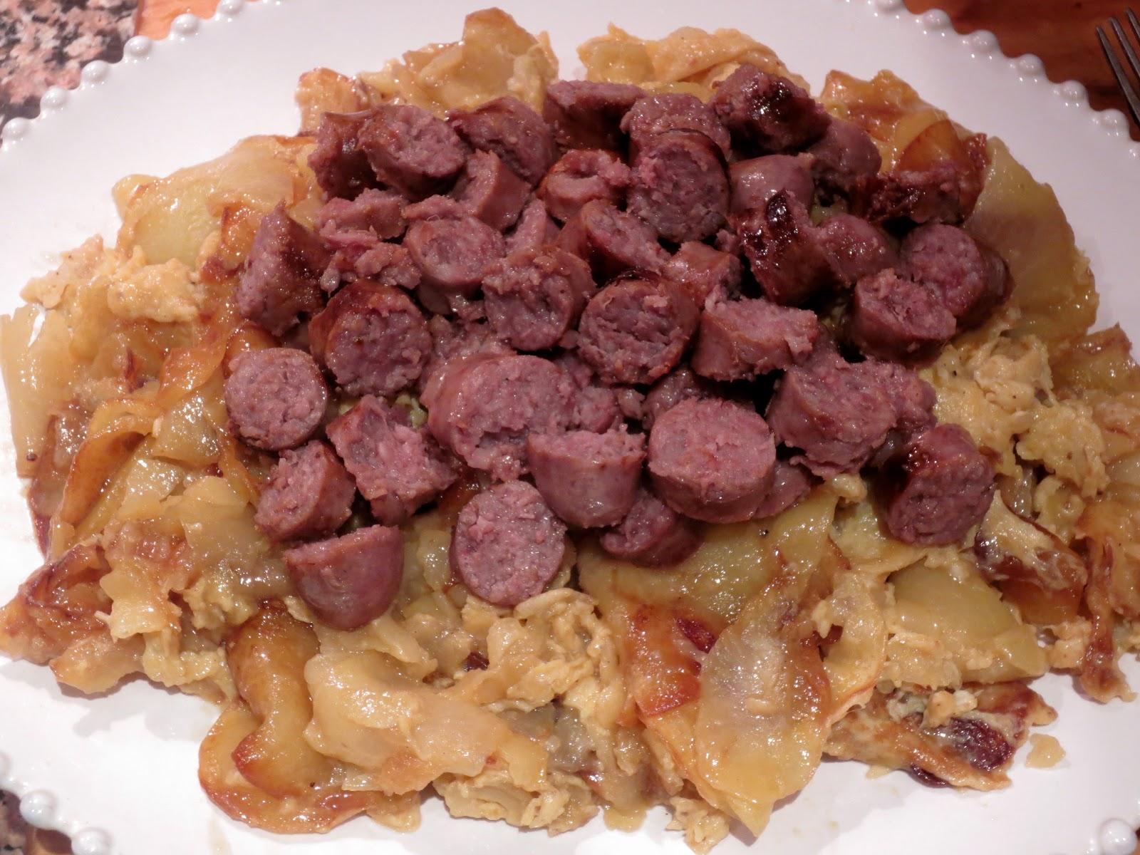 Mamuchi en la cocina revuelto de patatas con salchichas - Salchichas frescas en salsa ...