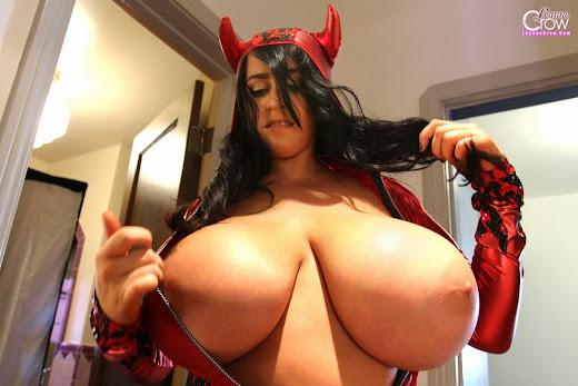 mulher com peitos imensos