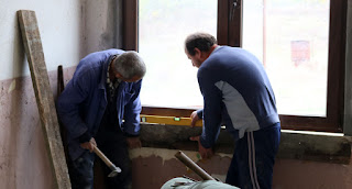 Putting wooden frames for the new windowsills
