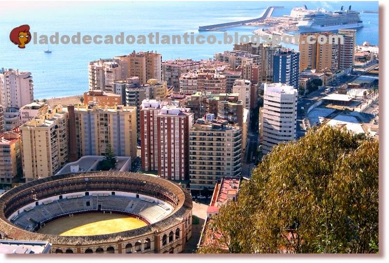 Foto feita do alto do Castelo de Gibralfaro, Málaga (Espanha), mostrando a Praça de Touros de la Malagueta e o cais com um navio de cruzeiro