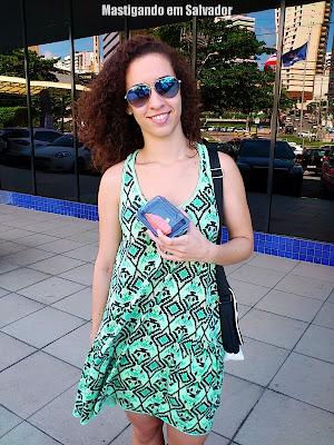 Tatiana Amaral com o Pen Drive em formato de Niguiri do Sushi Bahia