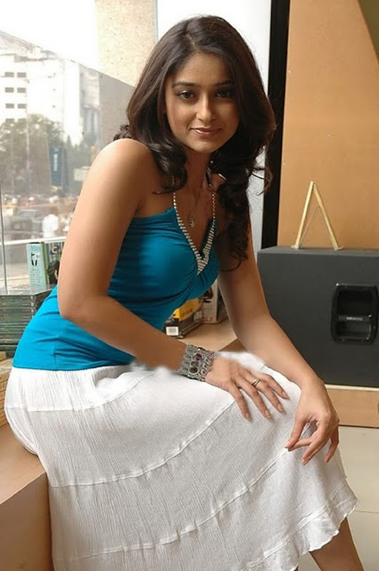 Ileana latest hot pics cleavage