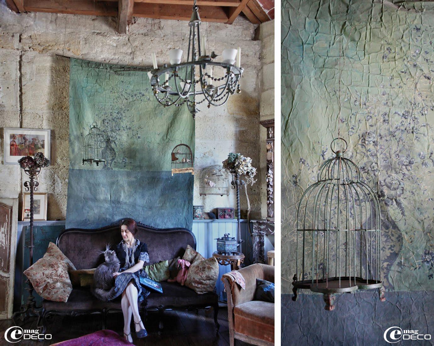 Claire Guiral alias Miss Clara prend la pause dans son salon devant une grande tenture de papier contrecollé sur de la toile