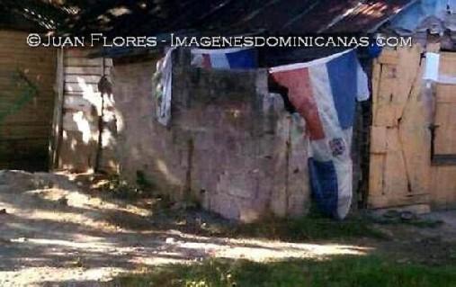 Puertas Para Baños En Santo Domingo: Haitianos usan banderas dominicanas como cortinas en baño en letrina