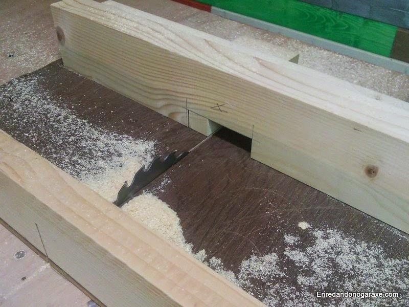 Cortando la caja para unir el poste de madera a la base. Enredandonogaraxe.com
