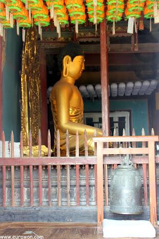 Figura dorada de Buda en el Muryangsujeon