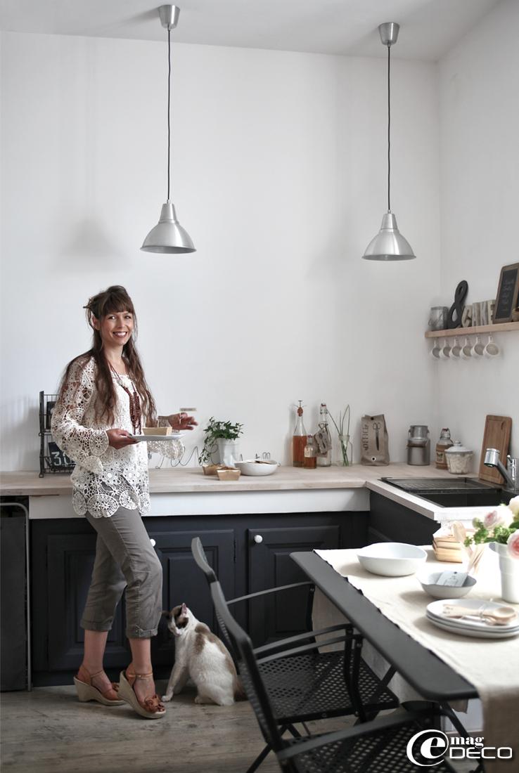 Aurélia, auteure du blog 'Dentelles Oxydées', pose ici dans la cuisine de 'La Maison de la Gare'.