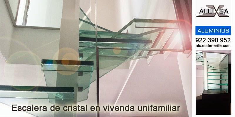 Escalera de cristal en vivienda unifamiliar en Tenerife. Aluxsa
