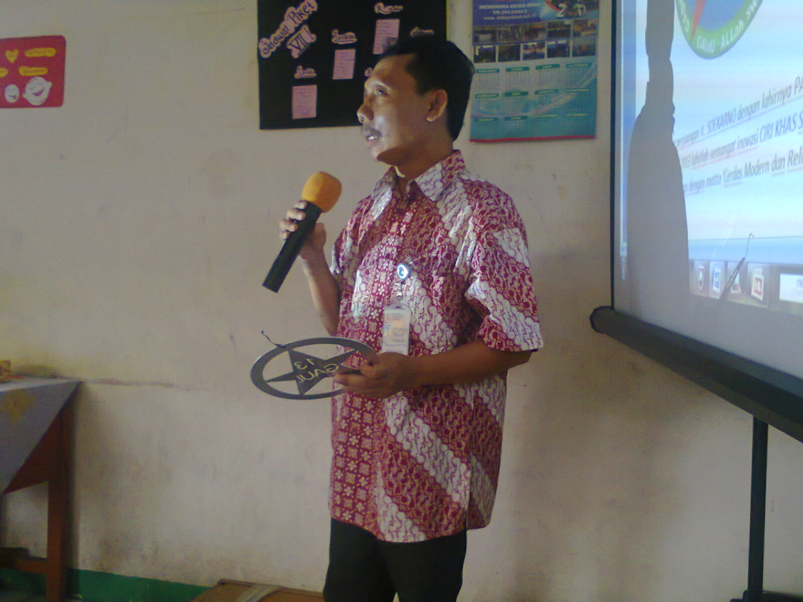 Bapak Ade Solihin,S.Pd selakupembawa acara membuka Rapat Dinas dengan