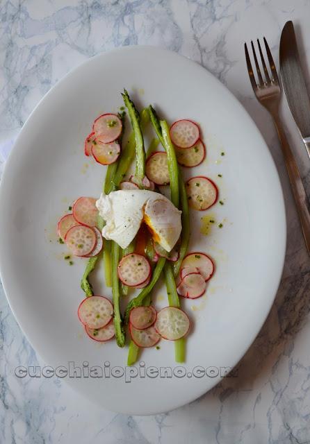 salada de aspargos com ovo poché