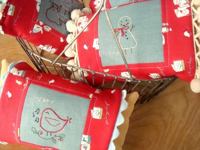 http://www.patchworkposse.com/2014/12/christmas-embroidery-pillow-cover/