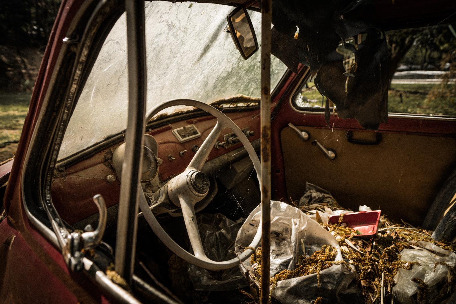 壊れた車の車内の写真