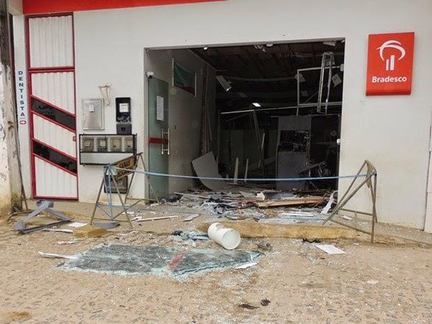 Agência do Bradesco foi afetada em explosão (Foto: Edmarcos Mendes / Blog Amarelinho10)