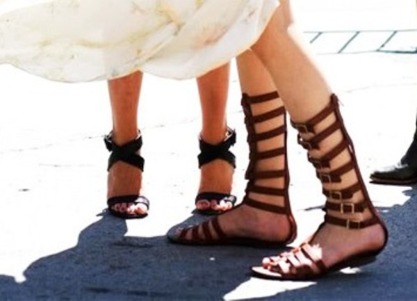 fotografija sandala - Rimljanki - na stopalima muškarca i žene