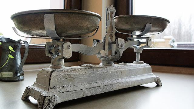 waga szalkowa biała,ozdoba kuchni waga,blog DIY wnętrza,inspiracje kuchnia
