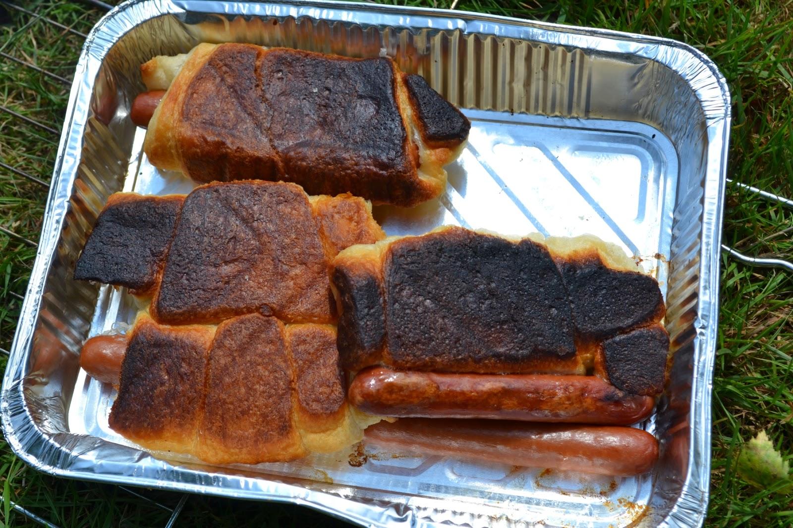 4 aangebrande croissants met knakworst in een bakje van aluminiumfolie