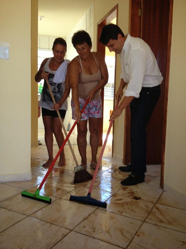 Nas fotos, o secretário Bernardo Rossi  está com as futuras moradoras Iara e Vilmair e o futuro morador Jorge