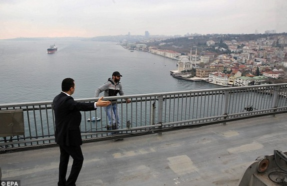 Detik cemas Presiden Turki, Recep Tayyib Erdogan pujuk lelaki cuba bunuh diri