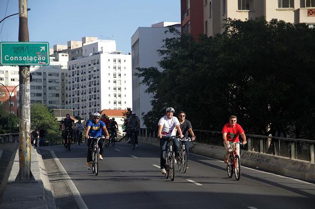 Secretários municipais de Transportes, Jilmar Tatto (à esquerda), e da Cultura, Nabil Bonduki (à direita) pedalam no Elevado Costa e Silva, fechado na tarde do último sábado. Crédito da Imagem: Elisa Rodrigues/SMT