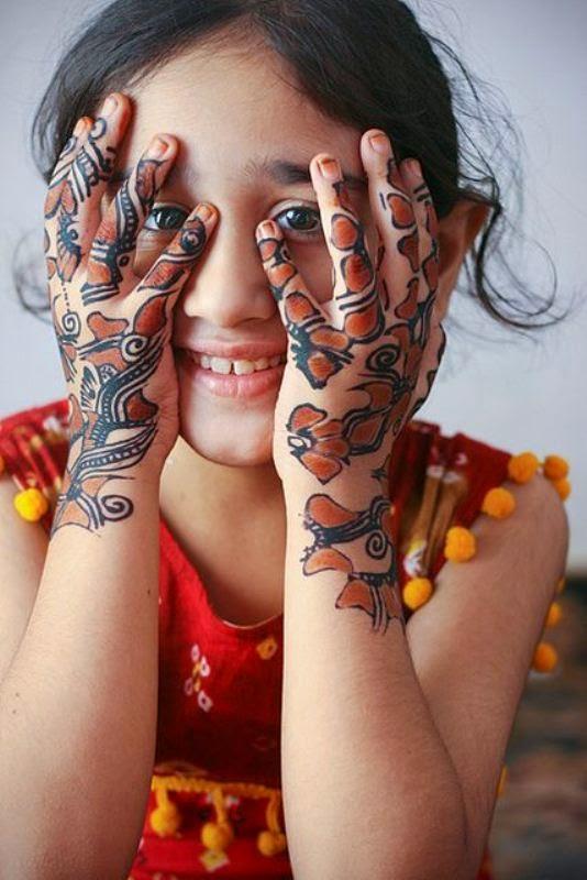 Gambar anak perempuan cantik pakai henna