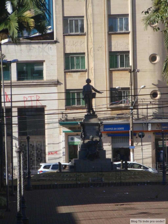 túmulo de Carlos Gomes na praça Bento Quirino