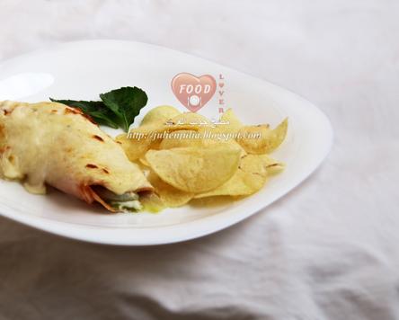 لفائف الهندباء بالديك الرومي مع صوص الجبن اللذيذ