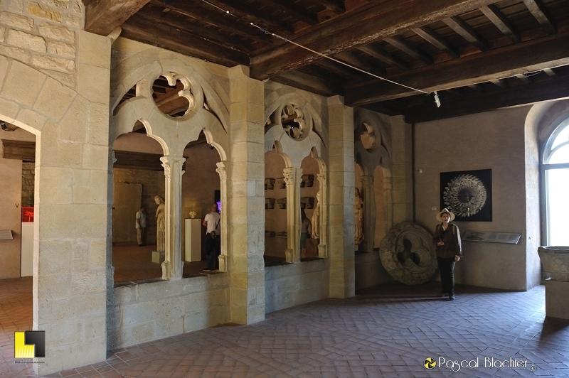 Valérie Blachier dans la salle d'exposition du château comtal à Carcassonne photo pascal blachier