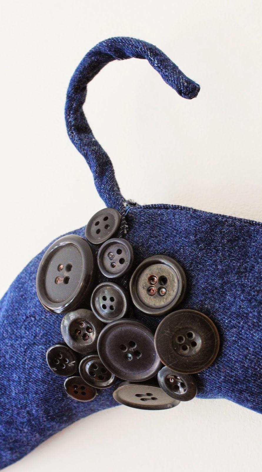 guziki,recycled jeans, wieszak z recyklingu,jak zrobić ozdobny wieszak, blog DIY majsterkowanie zrób to sam, inspiracje DIY polska,blogerka DIY poland