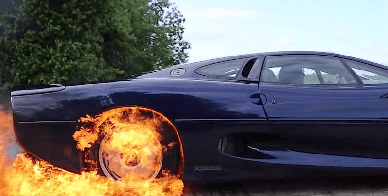 【動画】ジャガーXJ220が炎に包まれながらバーンアウト!