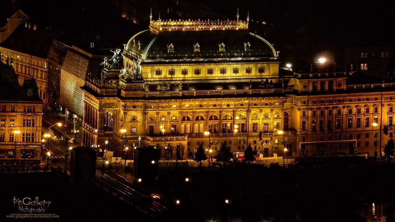 Národní divadlo zahalené do temné noci