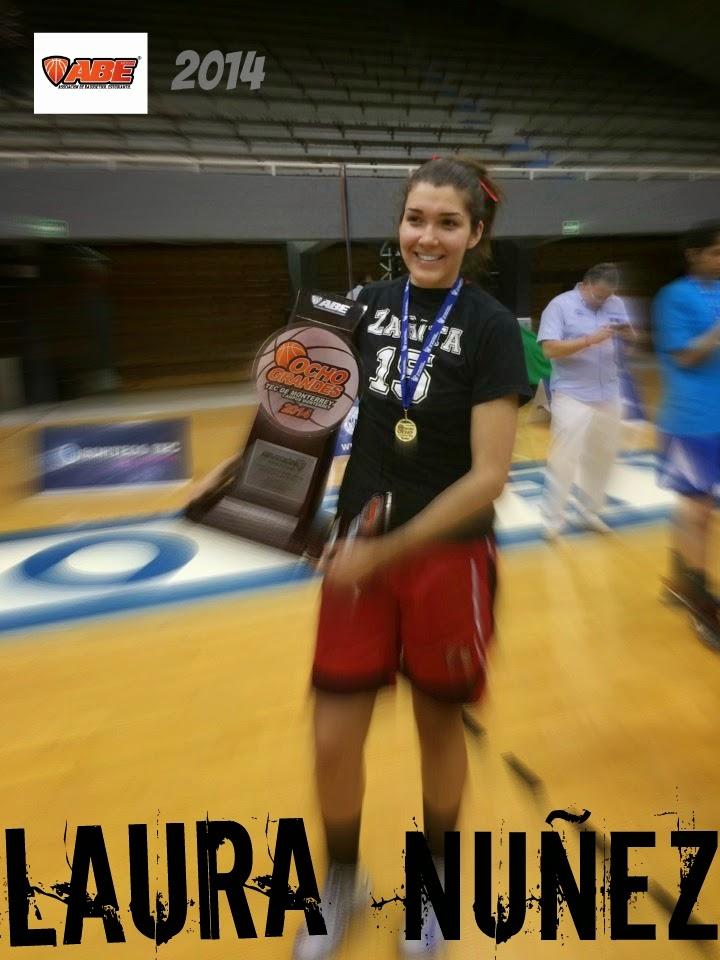 Laura Nuñez sostiene el trofeo de campéon