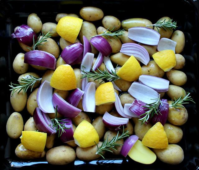 Zitronen-Rosmarin-Kartoffeln mit Zwiebeln und Schafskäse