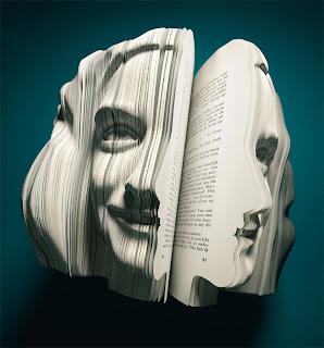 صورة لآنا فرانك (كاتبة) منحوتة على كتاب على شكل الوجه