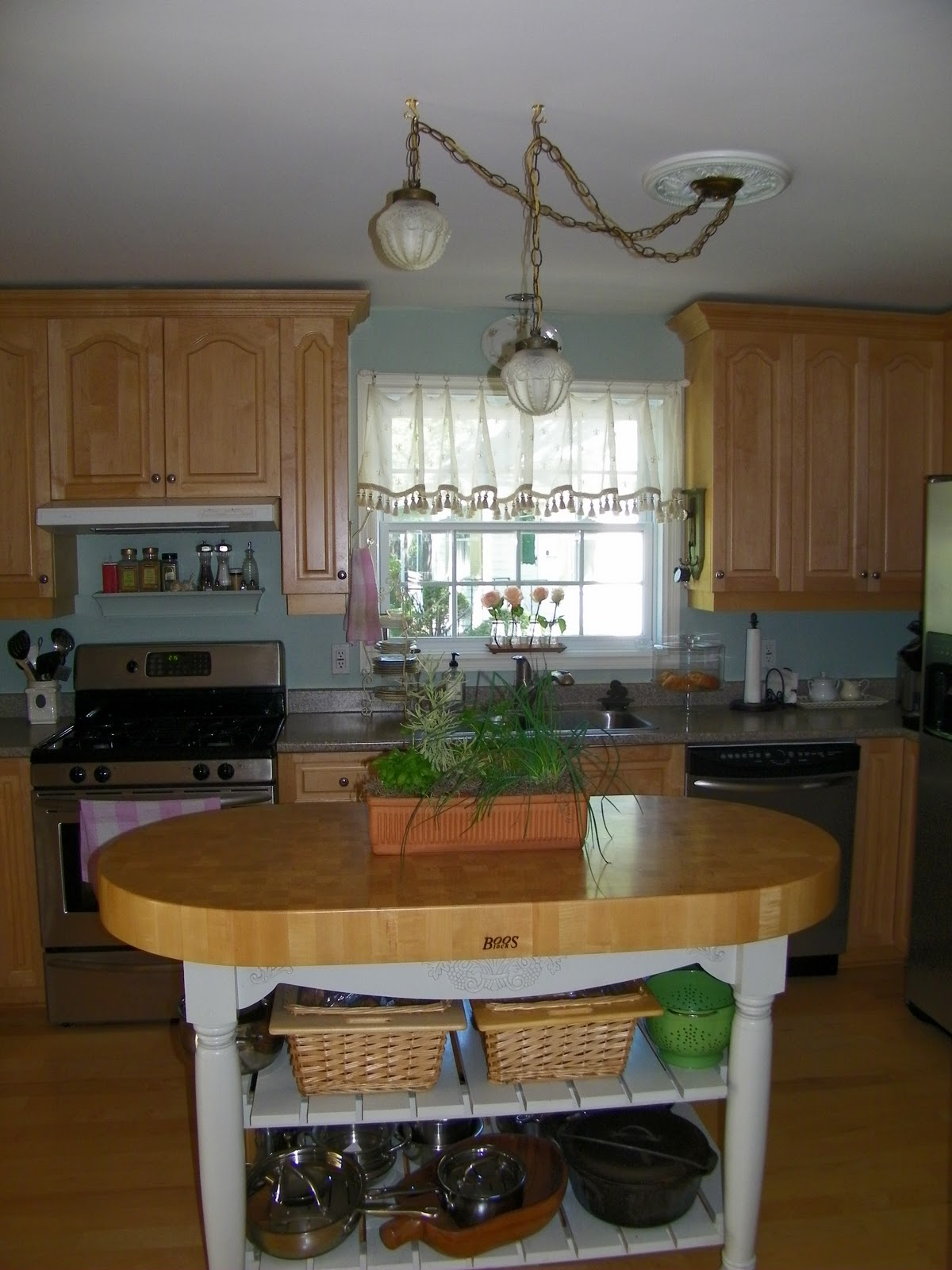 Laminate Countertop Paint Uk : ... The kitchen with maple cabinets and faux granite laminate countertops