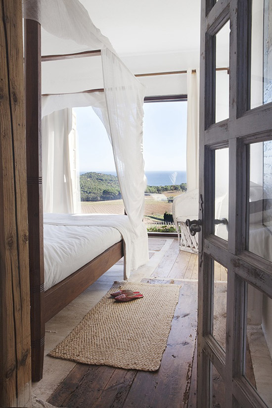 Rustic bedroom with amazing view. Image by Ruben Ortiz, styled by Katty Schiebeck