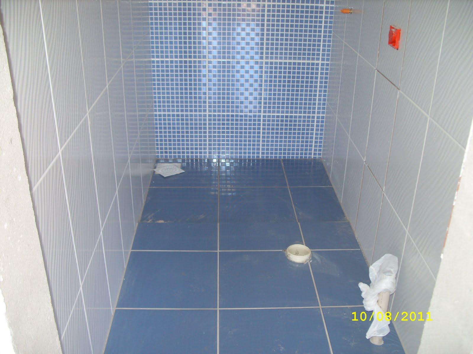 Na suíte optamos por um piso com tons de verde e o rejunte verde  #ACAF1C 1600x1200 Banheiro Branco Com Rejunte Azul