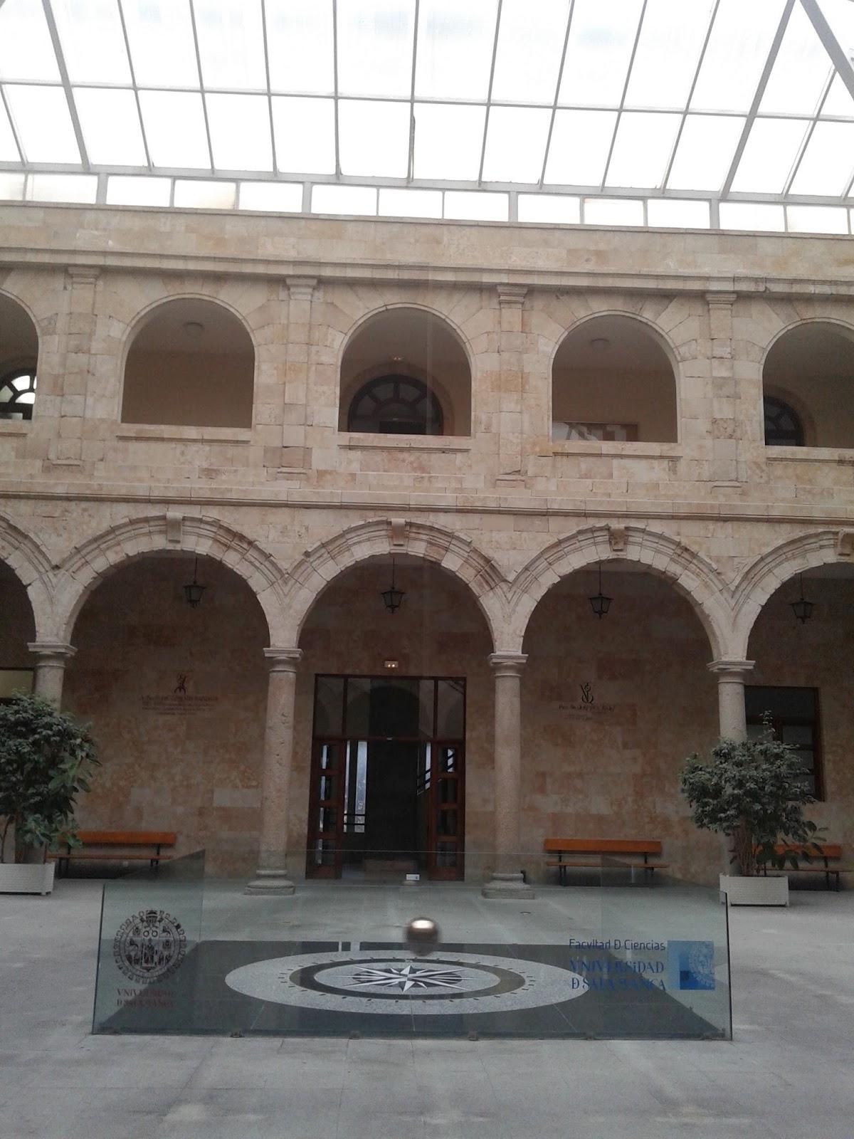 Péndulo de Foucault en la Facultad de Físicas de la Universidad de Salamanca, España.