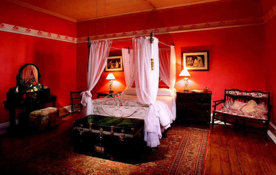 Beautiful red decoration in the bedroom performance for Black and white romantic bedroom ideas