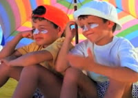 Propaganda do Sundown da Johnson & Johnson com dois garotos encantados com a beleza de uma garota na praia.